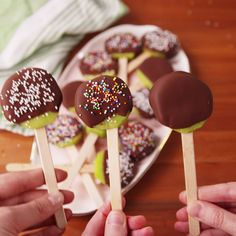 Chocolate Kiwi Pops Chocolate Kiwi Pops,Delicious Dessert Recipes Introducing your new fave way to cool off this summer. and Drink Delicious Desserts, Dessert Recipes, Delicious Cookies, Drink Recipes, Good Food, Yummy Food, Savoury Cake, Food Videos, Kids Meals