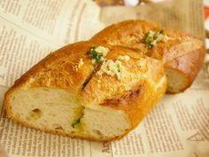 料理店の味を再現したガーリックトーストのレシピです。パンはふんわり、かじるとガーリックバターの美味しさがジュワッと染みでます。