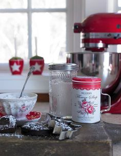 Love that KitchenAid Cottage Christmas, Christmas Kitchen, Christmas Baking, Cozy Kitchen, Red Kitchen, Vintage Kitchen, Rustic Kitchen, Country Kitchen, Country Life