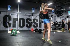 El entrenamiento híbrido te ayudará a mejorar tu acondicionamiento y ayudarte en tus rutinas WOD de CrossFit. Descubre cómo ejecutarlo de manera adecuada.
