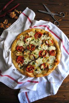 Pane, burro e alici: Pizza croccante con crema di noci e provola