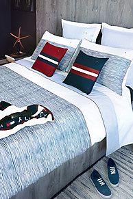 Maak kennis met de Tommy Hilfiger Home Collectie, een mooie collectie comfortabele en pure stoffen die gezelligheid toevoegen aan iedere ruimte van je huis. Voel je thuis met Tommy. <br/><br/>De 'Offshore' set van dekbedovertrek en kussensloop is gemaakt van 100% gekamd 200-draads percalkatoen. De easy care finish maakt dagelijks gebruik en strijken gemakkelijker. <br/>Eenpersoons afmetingen van 155 x 200 cm, inclusief 1 kussensloop.<br/>Tweepersoons afmetingen van ...