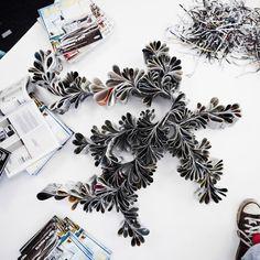 Composizioni di carta di un catalogo IKEA appoggiate su un tavolo