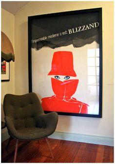 """Idée déco coin salon vintage avec une affiche publicitaire de René Gruau, """"A red raincoat for Audrey"""""""