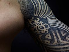 This close up of a sacred geometry tattoo by Nazareno Tubaro shows how the artist create shades with dots