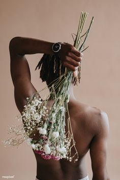 Black man carrying a bouquet of flowers on his back Self Portrait Photography, Body Photography, Creative Photography, Men Photoshoot, Shooting Photo, Black Men, Black Bouquet, Portrait Ideas, Bujo