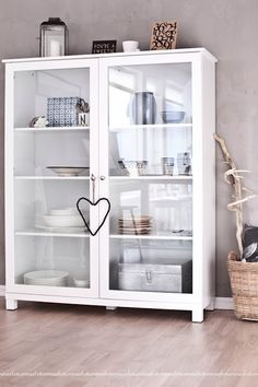 Vitrineskap i svart eller hvit. Samme farge som stuebord! Living Spaces, Living Rooms, Bathroom Medicine Cabinet, Home Goods, New Homes, Shelves, Interior Design, Kitchen, House
