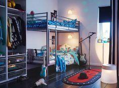 Ein Jugendzimmer mit einem silberfarbenen Etagenbett, bunter Bettwäsche und VÄNTAD Teppich mit LED-Beleuchtung