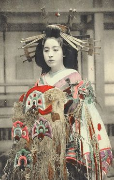 Photo of Yoshiwara courtesan Komurasaki, Taisho period. [note: this image was found on Pinterest by someone who sourced it from the nice TAMBI site here on Tumblr.   I have removed the heavy yellow aging cast, and so the image begins a refreshed life…]