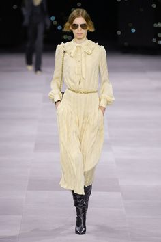Celine Spring 2020 Ready-to-Wear Fashion Show Collection: See the complete Celine Spring 2020 Ready-to-Wear collection. Look 3 2020 Fashion Trends, Fashion 2020, Runway Fashion, Boho Fashion, Fashion Design, Fashion Week Paris, Celine, Bohemian Mode, Business Dresses