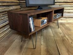 Mid century modern tv table/entertainment console by scottcassin pallet tv Entertainment Center Wall Unit, Entertainment Room, Tv Decor, Home Decor, Audio Room, Diy Table, Studio, Mid-century Modern, Mid Century