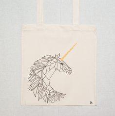 Plátěnka+Jednorožec+Ručně+malovaná+plátěná+taška+s+originálním+motivem+vhodná+pro+každodenní+nošení,+či+nákupy.+Materiál:+100%+bavlna+Velikost:+38x42+cm+s+dlouhým+uchem+Gramáž:+144+g/m2+(pevná)+Vzhledem+k+tomu,+že+taška+je+ručně+malovaná,+tak+doporučuji+prát+ručně+nebo+na+nejnižší+možnou+teplotu.