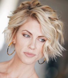 63 Flattering Bob Hairstyles on Older Women - Hairstyles Trends Choppy Bob Hairstyles, Older Women Hairstyles, Cool Hairstyles, Spring Hairstyles, Short Hair Dont Care, Short Hair Cuts, Good Hair Day, Great Hair, Cool Bobs