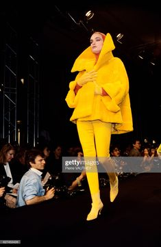 French design house Claude Montana displays its women's ready-to-wear line at the Autumn-Winter fashion show in Paris. The model is wearing a bright yellow coat with a large collar. Get premium, high resolution news photos at Getty Images 80s And 90s Fashion, Runway Fashion, High Fashion, Fur Coat Fashion, Yellow Coat, Charles James, Top Models, Parisian Style, Draping