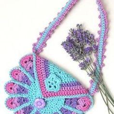 Ravelry: Peacock Bag pattern by Eveline de Hollander - Free Crochet Pattern Beau Crochet, Love Crochet, Crochet For Kids, Crochet Baby, Knit Crochet, Peacock Crochet, Crochet Crafts, Yarn Crafts, Crochet Projects