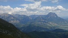 Peñas Montañesa (2291 metros) y del Solano (1916 metros), Punta Lierga (2267 metros), el Turbón (2492 metros) y macizo de Cotiella