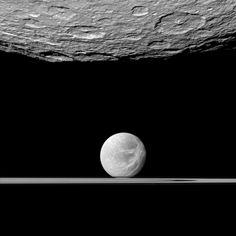 Cassini-Foto aus 61 km Entfernung von Rhea (oben); hinten: Dione © DPA/ NASA/ JPL-Caltech/ SSI