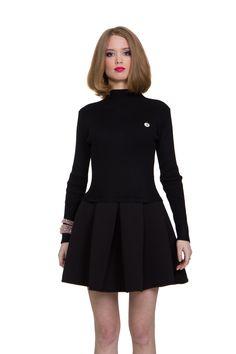 Платье HEI MEI REN. Артикул 010-010-0021-05. Стоимость 2550 руб. Платье в стиле casual - отличный вариант как на каждый день. Платье с верхом по фигуре и пышной юбкой из ткани, которая держит форму. Отстёгивающийся значок. Замеры: Длина изделия: 87 см. Длина юбки отдельно: 37 см. Длина рукава: 56,5 см. Ширина подмышками: 34 см. Высота горловины: 4 см.