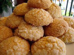 Μαλακά κουλουράκια γιαουρτιού  μια συνταγή από την αυστρία  υλικά  500 γρ. βούτυρο  4 κούπες ζάχαρη  4 αβγά  2 κεσεδάκια γιαούρτι των 200 γραμ  το χυμό και το ξύσμα 2 πορτοκαλιών  2 κιλό αλεύρι για όλες τις χρήσεις  2 κουταλάκια μπεικιν  1 κουταλάκι σόδα μαγειρικής  εκτέλεση  Χτυπάμε το Greek Sweets, Greek Desserts, Greek Recipes, Greek Cookies, The Kitchen Food Network, Chocolate Fudge Frosting, Biscotti Cookies, Cake Cookies, Pecan Pie Bars