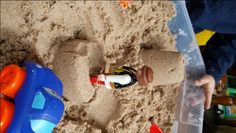 Discover the kinetic sand recipe and start making it at home so that you and your child can build sand castles and various sculptures without having to go to the beach. Homemade Kinetic Sand, Make Kinetic Sand, Diy For Kids, Crafts For Kids, Cool Kids, Diy Crafts, Craft Activities, Toddler Activities, Toddler Fun
