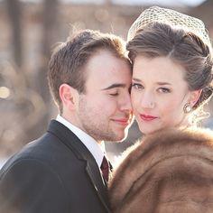 Quelle coiffure pour votre mariage hivernal ? - Lorsque l'hiver fait ses premiers pas, les mariées sont souvent sceptiques à l'idée de montrer leurs épaules et tentent de les garder au chaud par une étole, une fourrure ou un boléro. Vient alors un dilemme, comment coiffer vos cheveux? Voici quelques idées pour vous donner un peu d'inspiration ! - http://www.yesidomariage.com/coiffure/coiffure-dhiver/ -