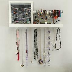 Porta gioielli ikea: mensolina Ikea con gancetti avvitati sotto per le collane, porta rotolo (accessorio interno cucina Ikea metod) per i bracciali e cornice Ikea modificata con catenine bianche per gli orecchini