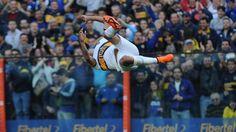Fabián Monzón festeja su gol con una pirueta.