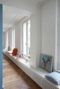 cache radiateur habillage idée design banc bois blanc déco mur idée intérieur salon design coussins parquet en bois
