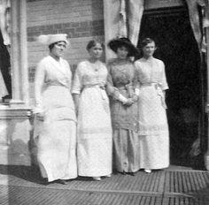 Grand Duchess Olga Nikolaevna (segunda a partir da esquerda) e sua irmã Grand Duchess Tatiana Nikolaevna (última a partir da esquerda) com duas mulheres desconhecidas na Lower Dacha em Peterhof, 1915.