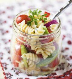 Pasta Salad In A Jar | Healthy Salad In A Jar Recipes | https://homemaderecipes.com/salad-jar-recipes-healthy/