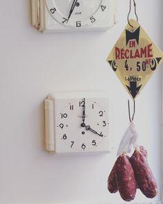 #charcuterie #fromage #abonprixalareclame #ypasdheurepourenmanger #bonnefranquette #34ruedespetitesecuries #epiceriedeproduitsregionaux #adresseaconnaitre #bonplan Charcuterie, Rue, Clock, Paris, Home Decor, Small Horse Barns, Cheese, Watch, Montmartre Paris