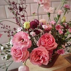 Caroline Piegel_Flores e Decor (@asfloristas) • Fotos e vídeos do Instagram Floral Wreath, Wreaths, Rose, Flowers, Plants, Instagram, Design, Home Decor, Floral Crown