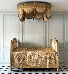 After bathing, Louis XVI would rest on this lit á la polonaise, part of the furnishings in his bath at Château de Fontainebleau. The bed was made by the ébéniste Jean-Baptiste Boulard.