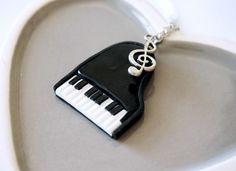 Collier Piano à queue noir et blanc - Fimo : Collier par crea-melie http://crea-melie.alittlemarket.com
