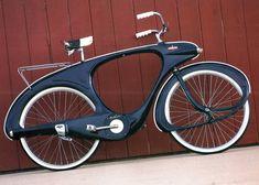 Benjamin George Bowden était un designer industriel anglais qui avait notamment créé les lignes de la voiture de sport Healy Elliot en 1948. Au début des années 1950 il déménage au Michigan et met en production un design de vélo aérodynamique aux lignes futuristes moulé en fibre de verre, nommé «Spacelander» pour surfer sur la …