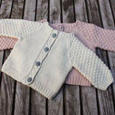"Nye Strikkerier Til 2015 - "" Helt Klein"", Ny ""Yndlings Cardigan"" Og "" En Stribet Lama "" Cardigan Bebe, Knitted Baby Cardigan, Knit Baby Sweaters, Cardigan Pattern, Baby Knits, Toddler Cardigan, Knitting For Kids, Baby Knitting Patterns, Baby Patterns"