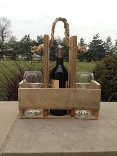 Handmade Wood Pallet Wine Bottle & Glass Carrier by CraftilySweet (Diy Wood Work) Reclaimed Wood Projects, Wooden Projects, Pallet Projects, Pallet Crafts, Wood Crafts, Wine Carrier, Bottle Carrier, Bois Diy, Pallet Creations
