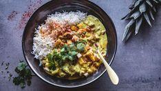 En kremet kyllinggryte med biter av eple og ananas. Tips: Istedenfor karripulver kan du bruke rød eller gul currypaste. Smak sausen til med noen dråper sitron- eller limesaft for ekstra friskhet. Frisk, Wok, Paella, Risotto, Bali, Food And Drink, Cooking Recipes, Asian, Dinner
