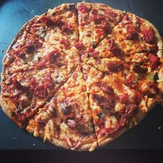 Slimming world synfree pizza! Healthy extra B base (Tesco crusty wholemeal bread mix) and healthy extra cheese with loads of synfree tomato homemade sauce!