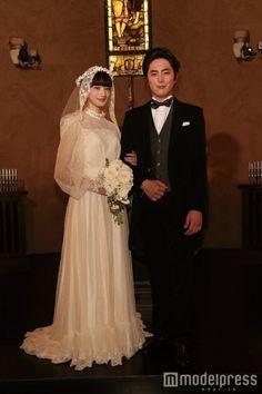 """小松菜奈&間宮祥太朗""""結婚写真""""公開 可憐なウエディングドレス姿を披露"""