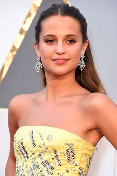 2016 Oscars: Alicia Vikander went for full feminine perfection in a Vuitton gown paired with Louis Vuitton high jewelry earrings.