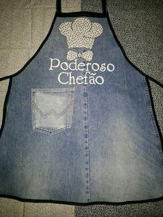 Reaproveitamento do jeans.  Técnica empregada patch aplique.  Escrita feita em pintura expansiva.  Frases à escolher.  Excelente dica de presentear com humor!