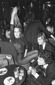 History Discover Jerry Hall partying in Paris. Photo by Bertrand Rindoff Petroff 1976 STUDIO 54 Jerry Hall feiert in Jerry Hall Vintage Mode Paris Photos Kate Moss Retro Foto E Video Supermodels Cool Pictures Victoria Beckham Jerry Hall, Vintage Mode, Paris Mode, Mode Style, 70s Style, Foto E Video, Victoria Beckham, Cool Pictures, Beautiful People