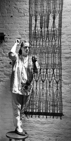 photo noir et blanc : art textile US, Lenore Tawney, femme artiste