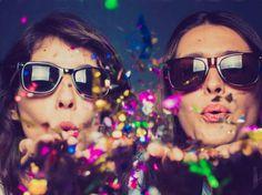Und wieder naht das Jahresende! Alles rund um den perfekten Start in's neue Jahr: von fröhlichen Party-Tipps bis hin zu schicken Silvester-Outfits