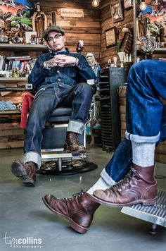Welcome to Pappas Barber Shop. Its an Aladdin's cave of iconic barber shop paraphernalia and classic images of tattoos spread around the wooden walls. Botas Red Wing, Red Wing Boots, Vintage Denim, Vintage Fashion, Estilo Denim, Jamel, Mode Jeans, Herren Outfit, Inspiration Mode