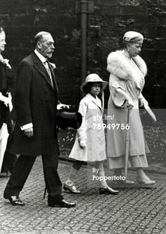 King George V with Queen Mary and wit Princess Elizabeth on the way to Westminster Abbeyr