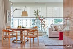 Apartamento da arquiteta Deborah Roig, com decór inspirado no uso da madeira clara e as linhas puras do estilo escandinavo.