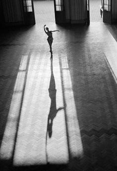 Traveling through history of Photography...Ballerina, photo by Thomaz Farkas, Rio de Janeiro, 1947.