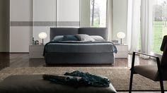 Dalle forme accoglienti, grazie ai morbidi cuscini della testata, arreda ogni tipo d' ambiente con stile.Letto imbottito in tessuto, è disponibile in tutti i